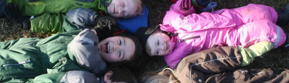 barn på gräset